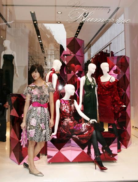 组图:尹恩惠时尚亮相米兰服装秀美貌受赞叹