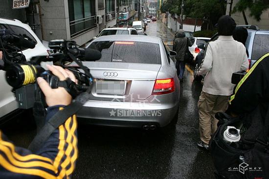 组图:金喜善前往婚礼会场调虎离山计避开记者