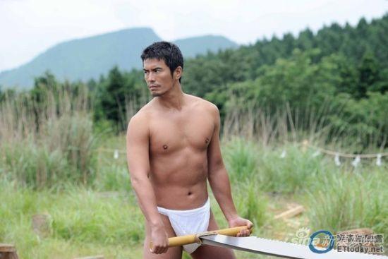 伊藤英明常在戏剧中,展现结实肌肉。