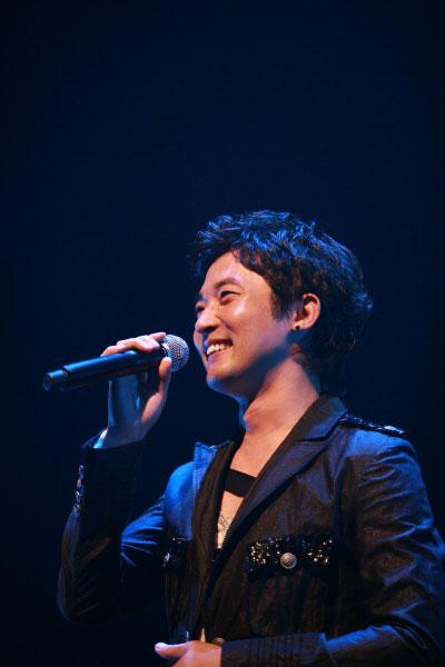 安在旭举行日本巡演现场歌迷热情洋溢(组图)