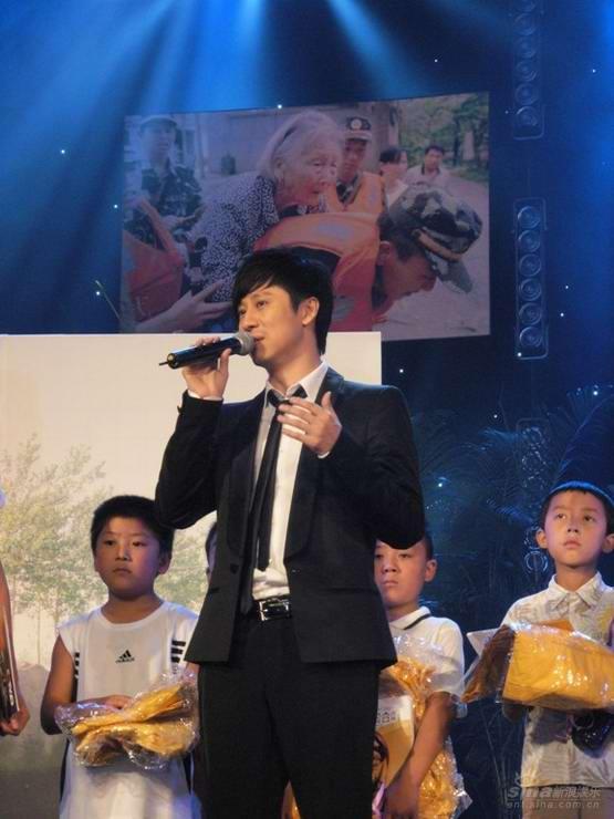 解小东代表中国娃基金捐30万帮助重建灾区校园