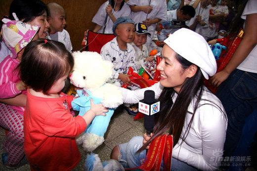 马艳丽现身医院为白血病小患者现场哼唱歌曲