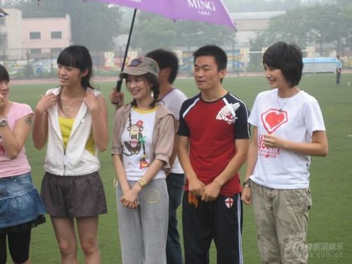 组图:曹曦文代言奥运明星志愿者雨中大战冠军