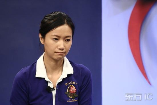 组图:徐静蕾同学聚会持玫瑰闭眼回忆校园生活