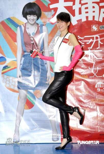 组图:梁咏琪带病香港签唱走光只因太过消瘦