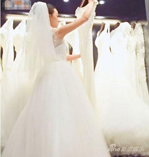 疑似章子怡在长沙的婚纱店选婚纱