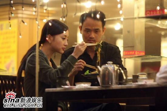 据说拍摄电影《飞来的仙鹤》时曾与导演陈家林传出过绯闻.