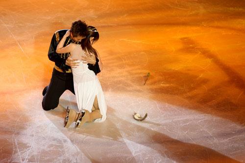 图文:《明星大练冰》复赛第四场--冰上拥抱