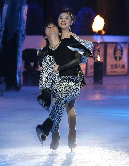 图文:练冰半决赛第二场--沈人杰被舞伴抱起