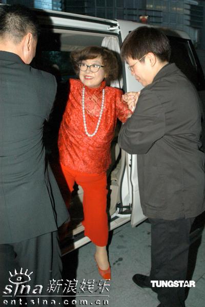 图文:刘家昌太太生日--肥肥全身红装