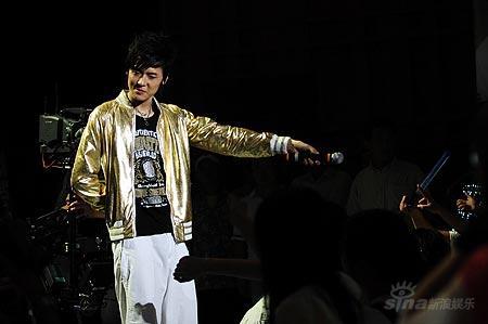 图文:好男儿王者之战-付辛博献唱与粉丝互动