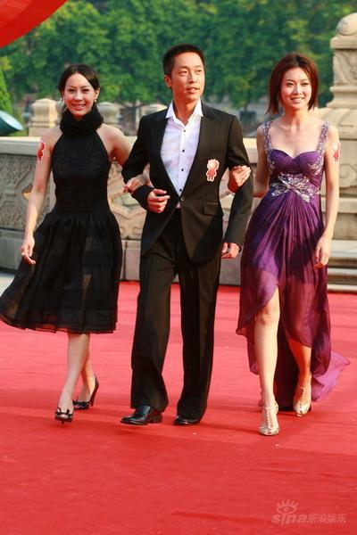 图文:曹敏莉与叶翠翠相互牵手马浚伟走红毯