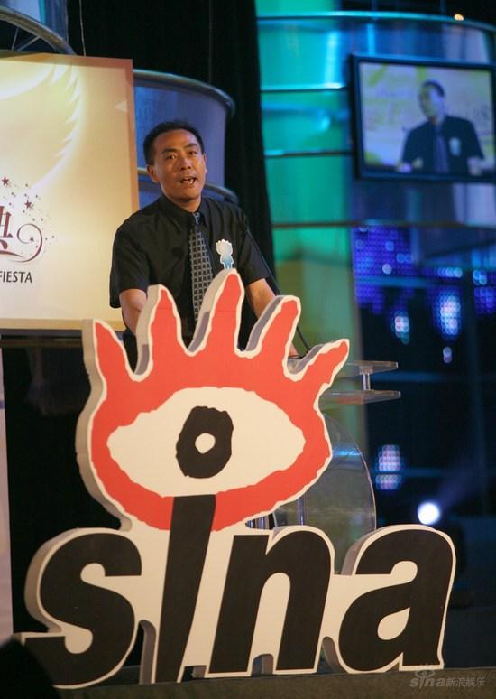 图文:南方电视台主任周繁颁网友最喜爱的歌手
