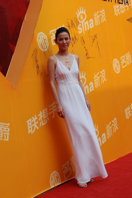 图文:宣萱着白色吊带长裙显修长骨感身材