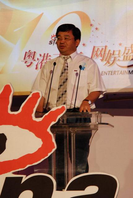图文:中国国际广播电台总编辑李忠尚颁奖