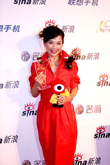 图文:最具关注女艺人陈松伶展示奖杯