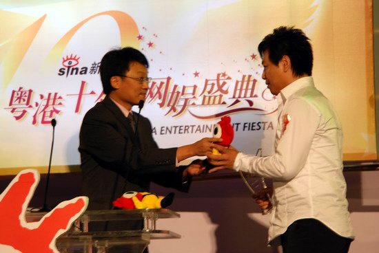 图文:滚石唱片中国区总经理王坚鸿颁奖
