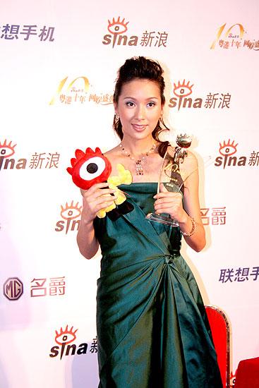 图文:最具魅力女星杨恭如展示奖杯
