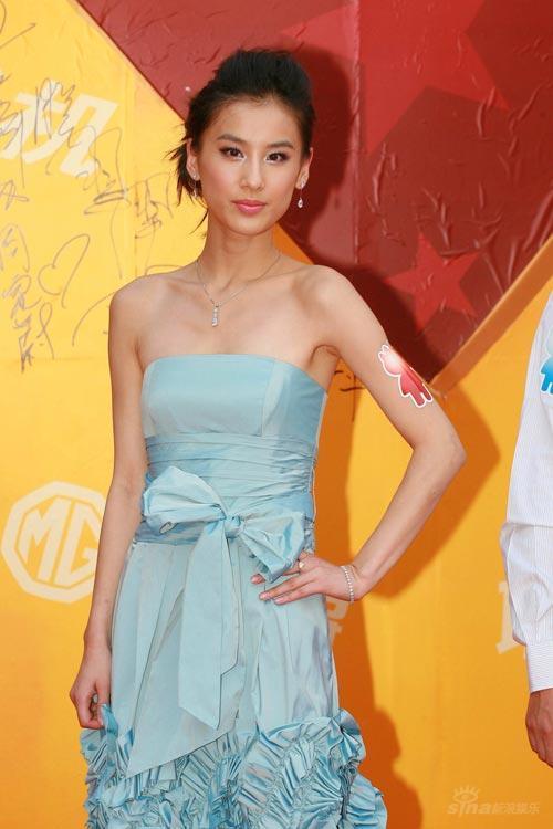 图文:黄圣依独自走红毯着淡蓝色礼服小露香肩