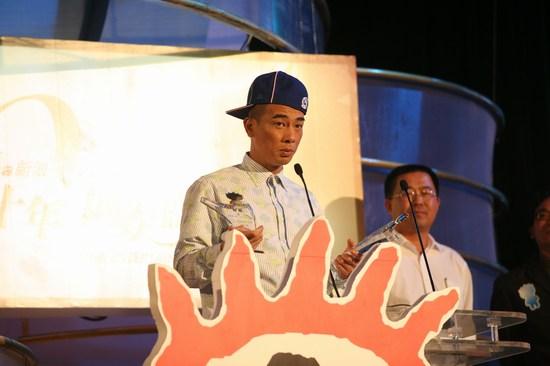 图文:陈小春一人获两项大奖开心发表获奖感言