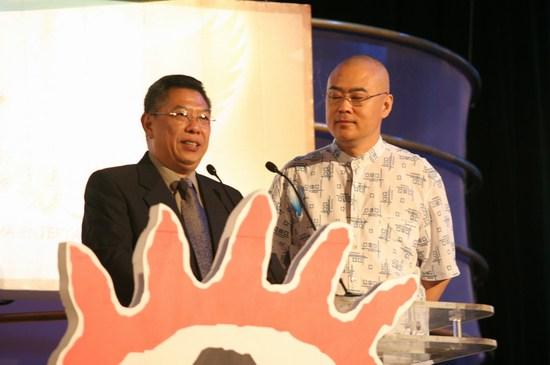 南方电视台副台长潘辉明郑渊洁颁最受欢迎电影