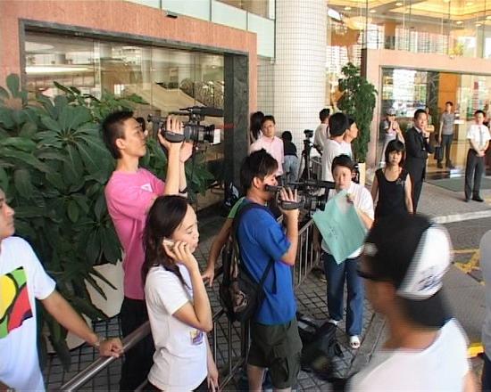 图文:谢贤和狄波拉赶往医院-媒体闻风出动