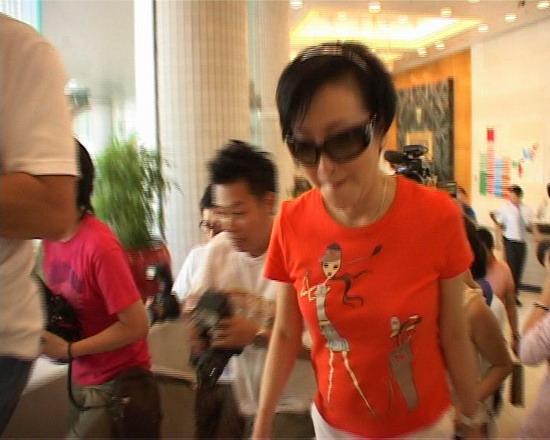 图文:谢贤和狄波拉赶往医院-狄波拉赶往医院