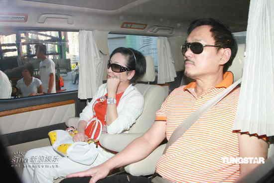 图文:张柏芝入院待产-狄波拉乘车抵达医院