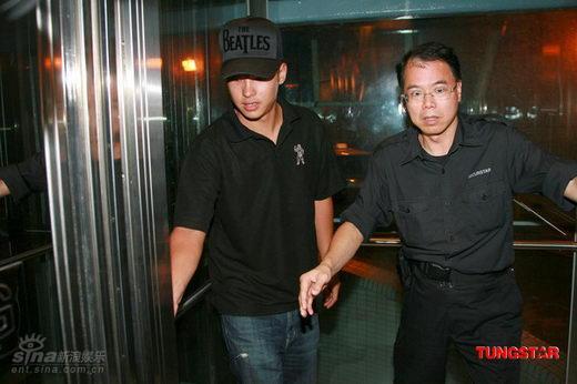 图文:张柏芝香港顺利产子-保安二目圆睁