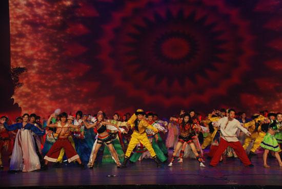 新浪娱乐讯 9月27日晚,首届亚洲青年艺术节主题曲《青春亚洲》再次被陈明(听歌,blog)和满文军(听歌)唱响,来自韩国、日本、新加坡、马来西亚、印度、俄罗斯等近30个国家的青年艺术家汇聚深圳东部华侨城, 30个在艺术节期间给人深刻印象的节目获得组委会的表彰,其中,中国的舞蹈《中国结》和《海》也在获奖之列,受到外国友人的欢迎和肯定。   和前四天的表演相比,闭幕式的表演总结和表彰的成分多一些,紧扣艺术节沟通、和谐、发展的宗旨,之前在展演中让人意犹未尽的节目再次在闭幕式联欢晚会上上演,斐济的别样歌舞,