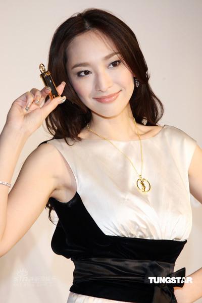 图文:吴佩慈代言彩妆--黑白配礼服典雅
