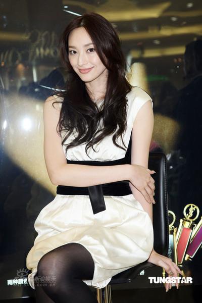 图文:吴佩慈代言彩妆--优雅坐姿具名模风范