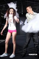组图:黄立行走秀表现出位当众扯掉女星裙子