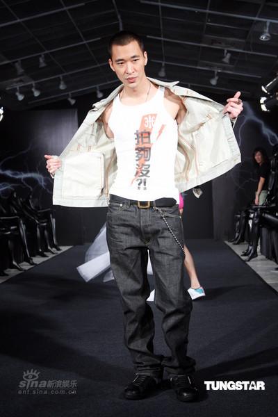 图文:众星出席时尚走秀-黄立行个性时装