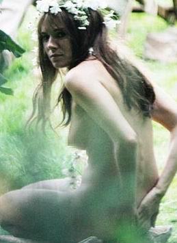 西耶娜-米勒全裸拍戏大胆露胸仅花朵遮羞(图)