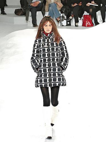 白底黑色图案的羽绒大外套,设计创新,打破羽绒传统单调的固有形象.