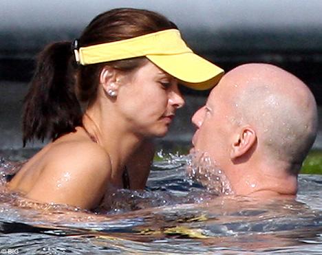 52岁布鲁斯玩跳水健壮体格征服小女友(组图)