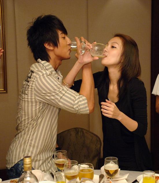 《公主小妹》庆杀青吴尊张韶涵娇羞喝交杯酒