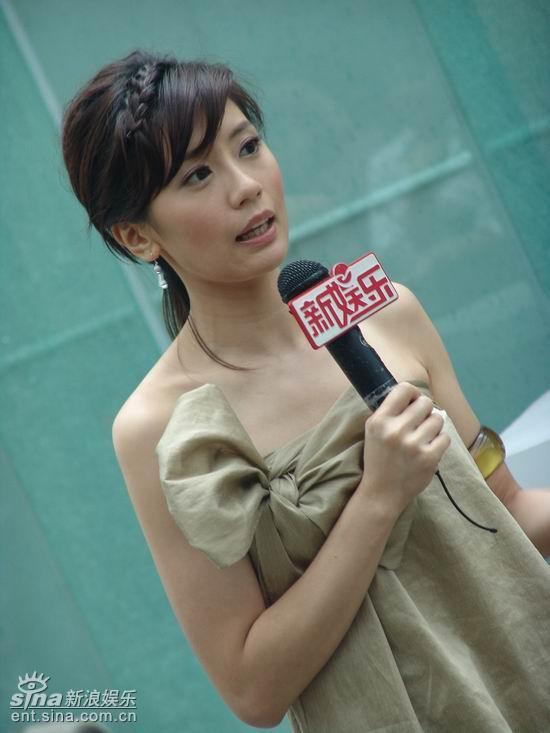 贾静雯出席《悲伤时唱首歌》开播发布会(组图)