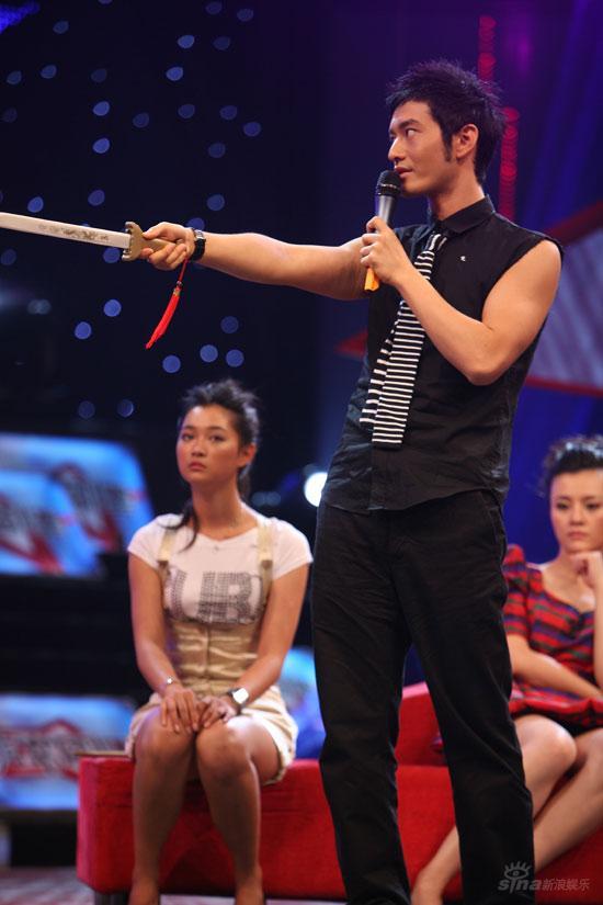 黄晓明拿着小木剑玩剑术
