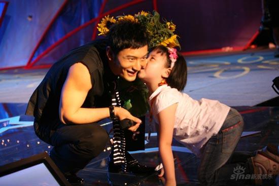 携众老婆宣传《鹿鼎记》黄晓明接受影迷献吻