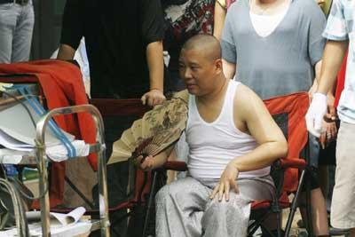 《相声演义》正式开拍郭德纲穿着背心当导演