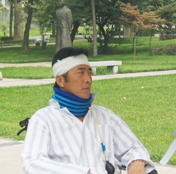 魅力男人郑晓宁《洒满阳光的小院》变痴呆男