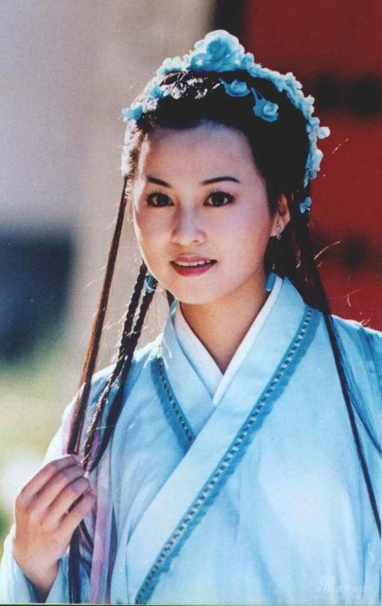 她是《还珠格格1》里小燕子的贴身丫鬟彩霞;她在《欢喜姻缘》中,一人