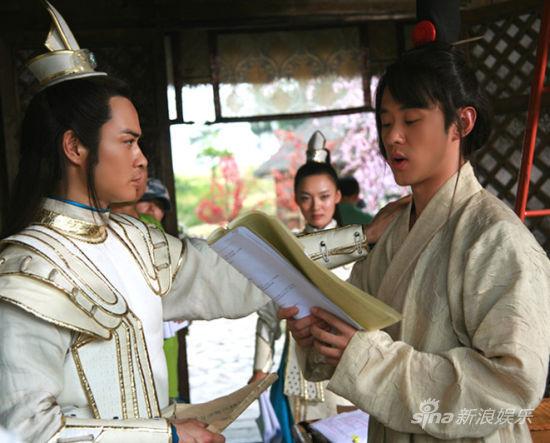 上周,剧组曝光贯穿全剧两位男主角郑嘉颖[微博]和高昊[微博]的花絮照