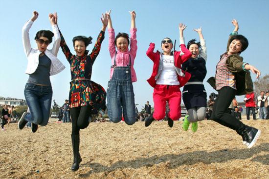 新浪娱乐讯 以女警为题材的电视剧并不少见,但又以女孩儿梦想本性展示人物,并集合多个警种于一剧,《穿警服的那些女孩儿》还是中国电视剧历史中的第一部。也因此在不久前刚刚亮相春季北京电视节目交易会的时候,便引发各方的极大关注。该剧目前正在紧张后期制作中。相信这样一部讲述青年女警实现人生梦想的重量级大戏,一定会在今年梦想剧场中占有一份得天独厚的激情上位。   导演唐敬睿昨日在接受记者采访时除了畅谈自己的看法,还表示对即将面世的 《穿警服的那些女孩儿》市场反响信心十足,虽然我们无大腕明星、无巨额投资、无豪华包装