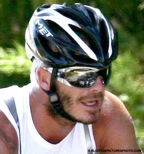 贝克汉姆骑车健身一展健美肌肉大秀性感(组图)
