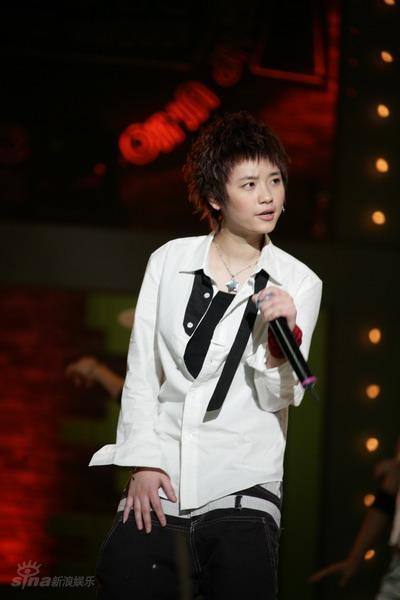 图文:型秀8进7--刘欣帅气衬衫