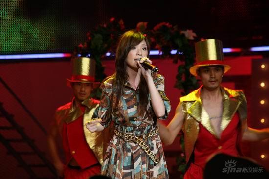 图文:2007我型我秀总决选--余虹婷衣着华丽