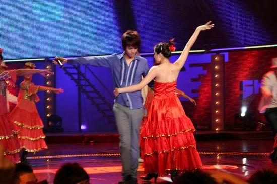 图文:2007我型我秀总决选--郜晓晨与火辣舞伴起舞